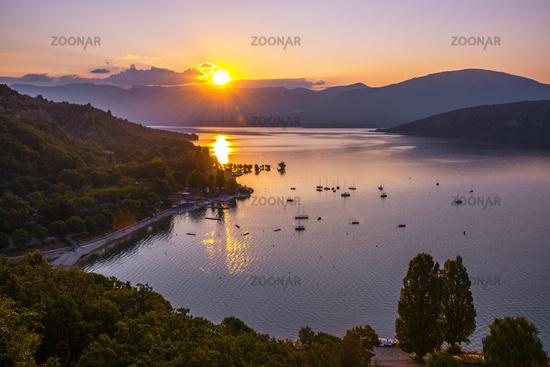 Sonnenaufgang über dem See Lac de Sainte-Croix