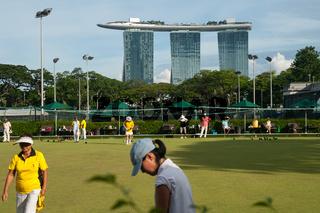 Singapur, Republik Singapur, Rasenbowling mit dem Marina Bay Sands Hotel im Hintergrund