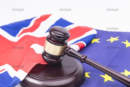 Englische und EU Flagge mit Richterhammer