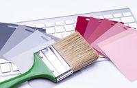 Pinsel mit Farbfächer auf Tastatur