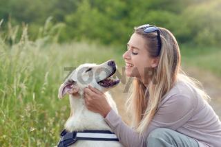 Junge Frau spielt mit ihrem Hund