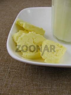 Frische selbstgemachte Butter und Buttermilch im Glas