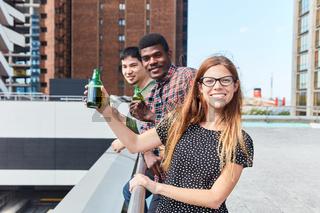 Studentin und Freunde entspannen sich mit Bier