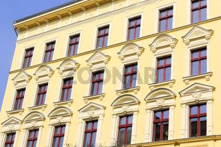 Gelbe Stuckfassade