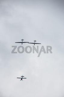 Motorflugzeug schleppt zwei Segelflugzeuge in die Luft
