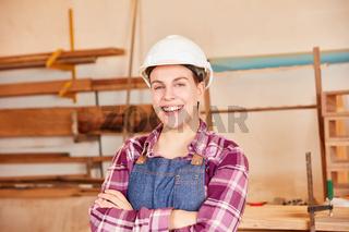 Junge Frau als Tischler oder Schreiner Lehrling
