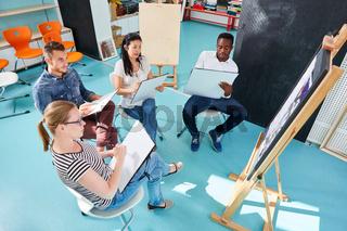 Gruppe Kunststudenten beim Malen im Workshop