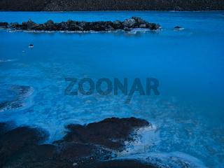 Ein See mit milchigen Wasser vor der blauen Lagune