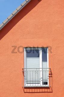 Dachkante und Fenstergeländer werfen Schatten