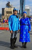 Ehepaar in blauer Festtagskleidung am Festival der mongolischen Nationaltracht,Ulanbator, Mongolei
