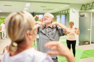 Gruppe Senioren beim Rehasport mit Physiotherapeutin