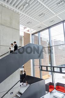 Konzern Mitarbeiter in der modernen Lounge