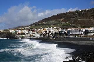 Schaumkronen auf den Wellen am Strand von Puerto Naos