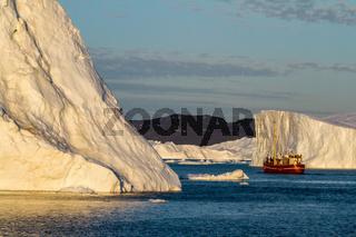 kleines Boot und großer Eisberg