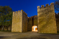 Beleuchtetes São Gonçalo Tor in Lagos während der Abenddämmerung, Algarve, Portugal, Europa