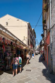 Touristen in der Altstadt von Pula in Kroatien