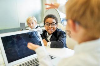 Kinder als Geschäftsleute mit Laptop Computer