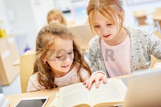 Mädchen als Schüler lernen in Teamwork