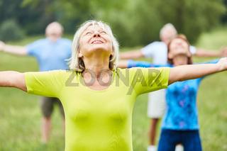 Gruppe Senioren macht Gymnastik im Park
