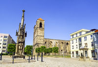 Roland statue, dahinter Ruine der Kirche Sankt Nikolai, Zerbst/Anhalt, Sachsen-Anhalt, Deutschland