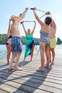 Gruppe Senioren in einem Gymnastik Kurs