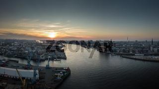 Panorama vom Hafen von Hamburg bei Sonnenuntergang