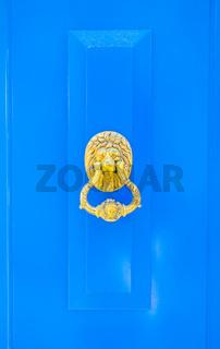 blaue türe mit löwenkopf-türklopfer