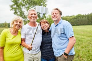 Senioren als Freunde machen ein Selfie