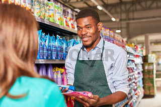 Kundin bekommt Produkt Beratung von Verkäufer