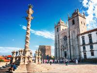 Die Hauptfassade der Kathedrale von Porto mit angrenzendem Bischofspalast