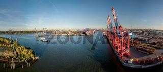Luftaufnahme eines Containerterminals im Hamburger Hafen bei Sonnenuntergang