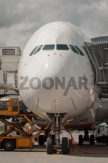 Passagierflugzeug am Terminal