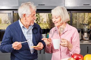 Glückliches Senioren Paar beim Frühstück