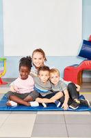 Glückliche Kindergärtnerin mit Kinder Gruppe