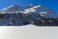 Der zugefrorene Silsersee mit der Piz de la Margna, Sils im Engadin, Graubünden, Schweiz