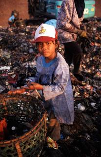 Jakarta, Indonesien, Maedchen auf der Muelldeponie Bantar Gebang in Bekasi