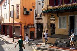 Singapur, Republik Singapur, Strassenszene mit Menschen und Gebaeuden in Chinatown