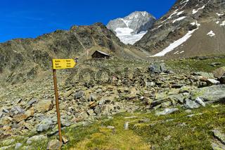 Humorvoller Wegweiser zu Küche, Bad und Garten kurz vor dem Erreichen der Bietschhornhütte,Schweiz