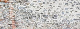 Historische alte unverpuzte Burgmauer.