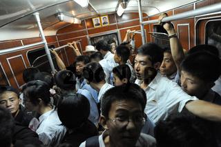 Pjoengjang, Nordkorea, Fahrgaeste in einer U-Bahn in Pjoengjang