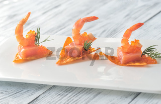 Corn chips with shrimps and salmon