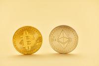 Bitcoin und Ether Münze in Gold und Silber