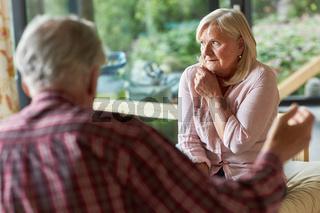 Senioren Paar streitet über Trennung oder Scheidung